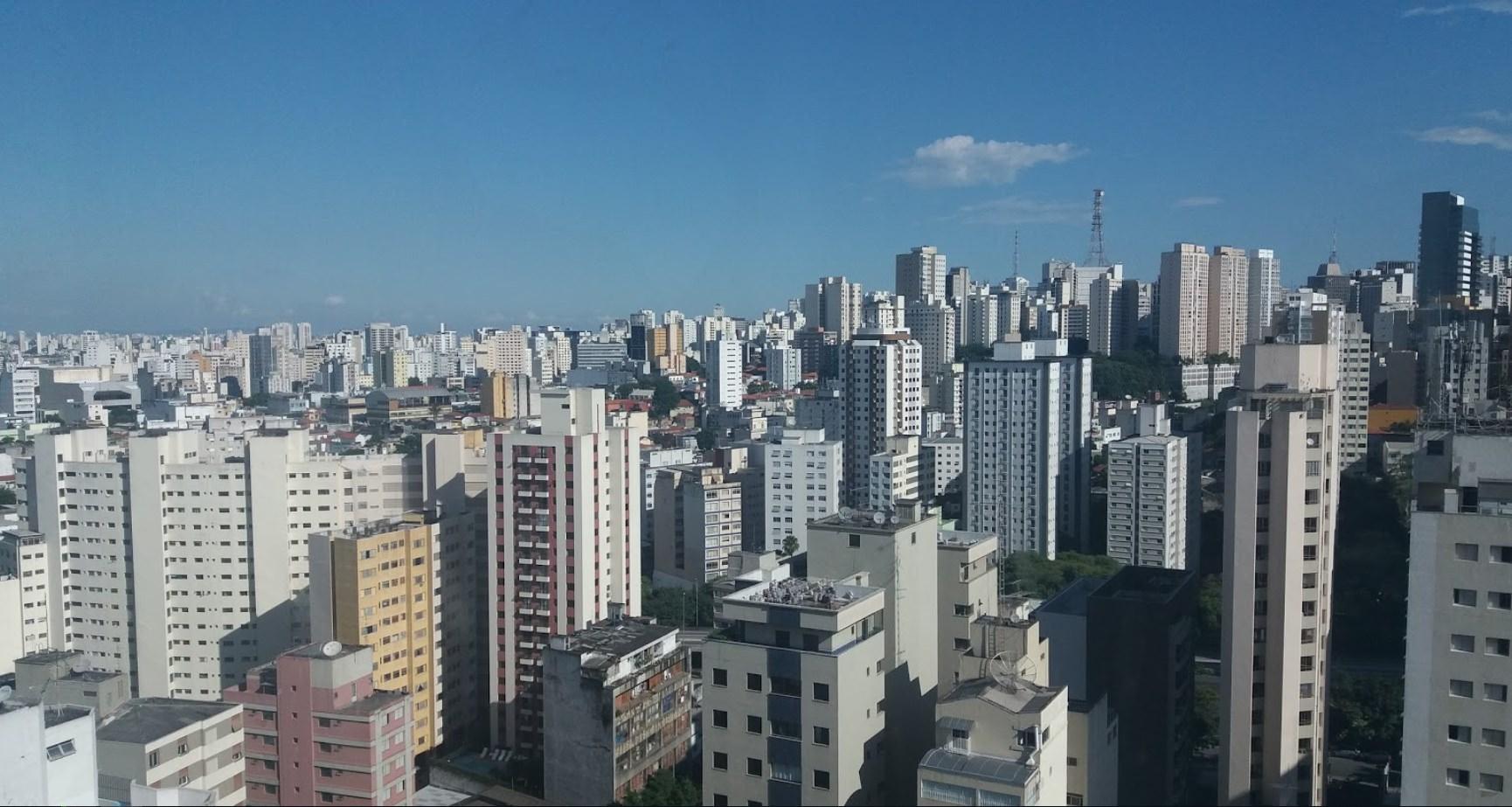 Вид на город из торгового центра где проходила конференция